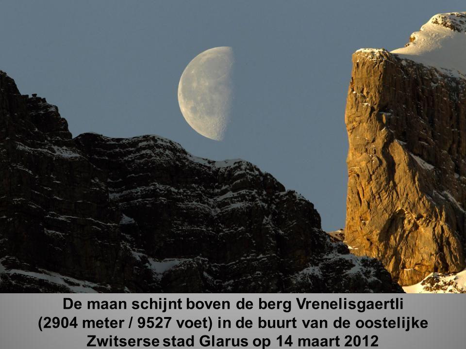 De maan schijnt boven de berg Vrenelisgaertli