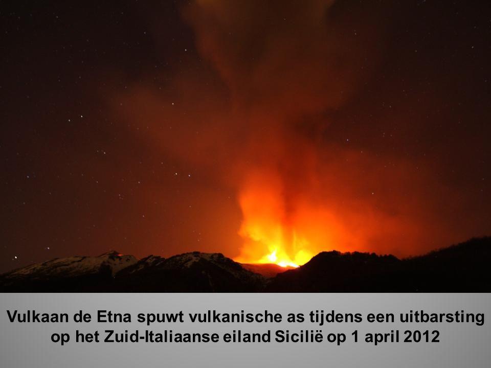 Vulkaan de Etna spuwt vulkanische as tijdens een uitbarsting op het Zuid-Italiaanse eiland Sicilië op 1 april 2012