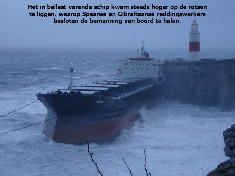 Het in ballast varende schip kwam steeds hoger op de rotsen te liggen, waarop Spaanse en Gibraltaanse reddingswerkers besloten de bemanning van boord te halen.