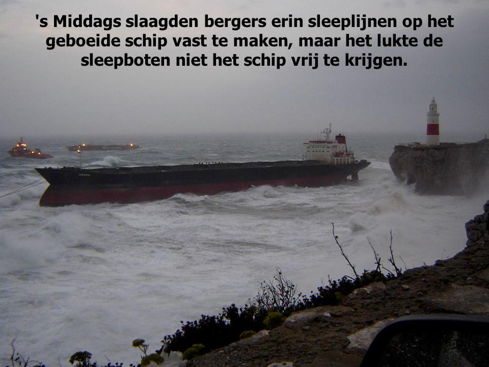 s Middags slaagden bergers erin sleeplijnen op het geboeide schip vast te maken, maar het lukte de sleepboten niet het schip vrij te krijgen.