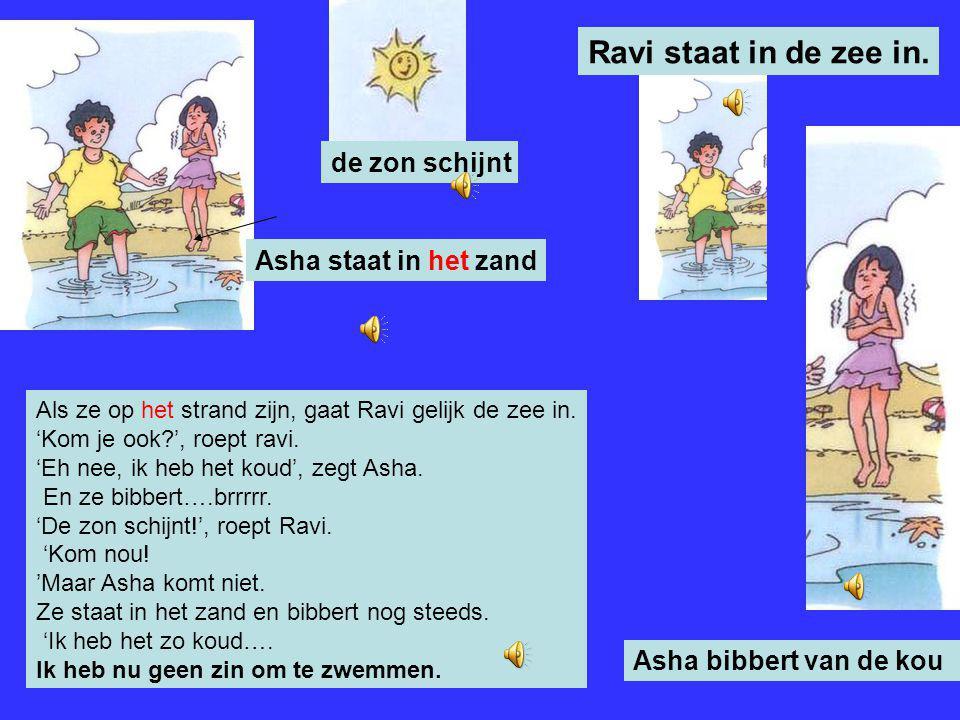 Ravi staat in de zee in. de zon schijnt Asha staat in het zand