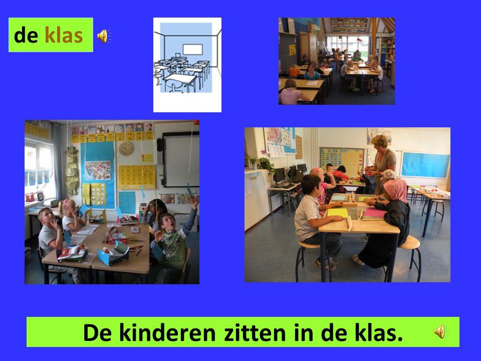 De kinderen zitten in de klas.