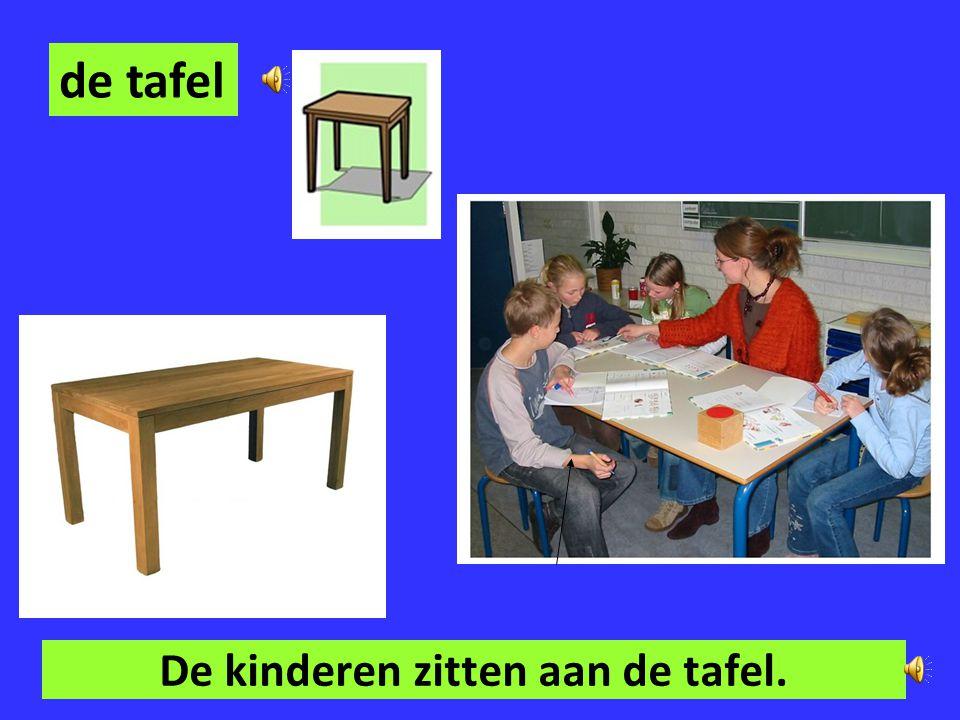 De kinderen zitten aan de tafel.