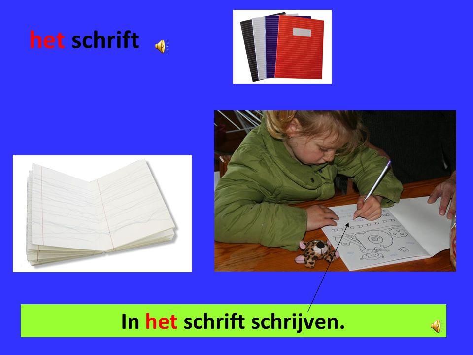 In het schrift schrijven.