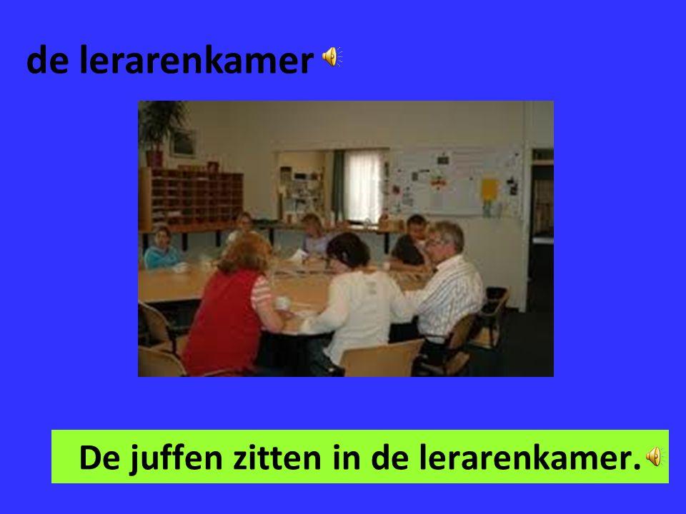 De juffen zitten in de lerarenkamer.
