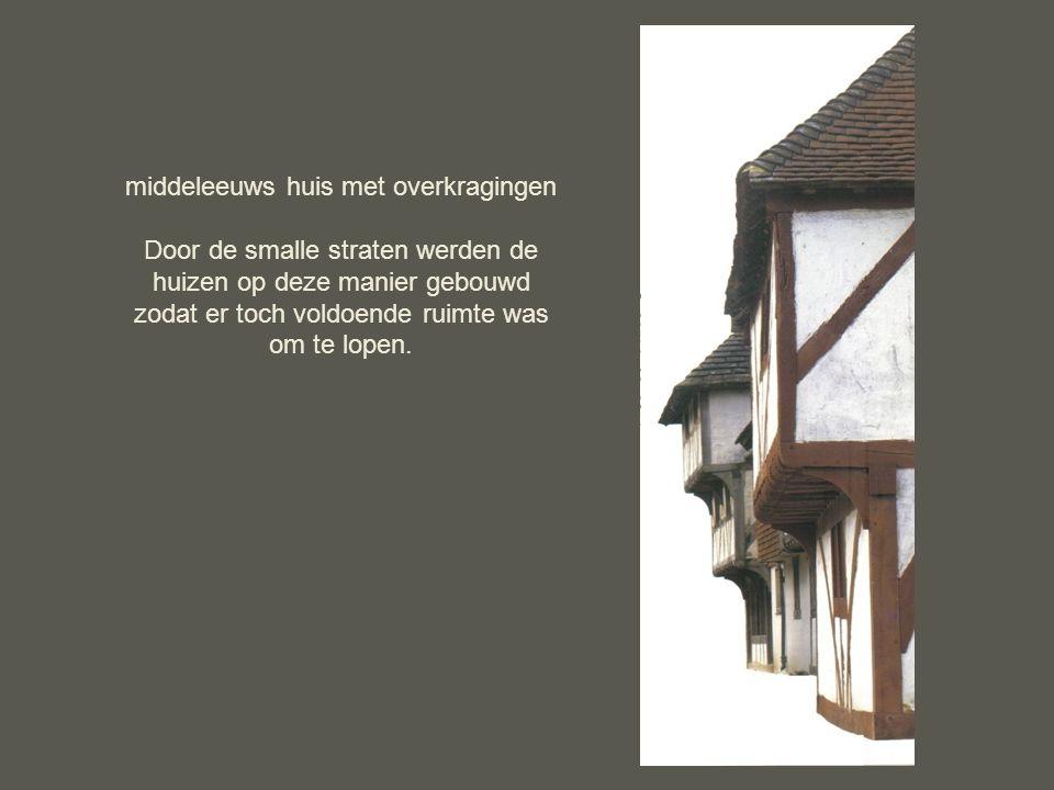 middeleeuws huis met overkragingen