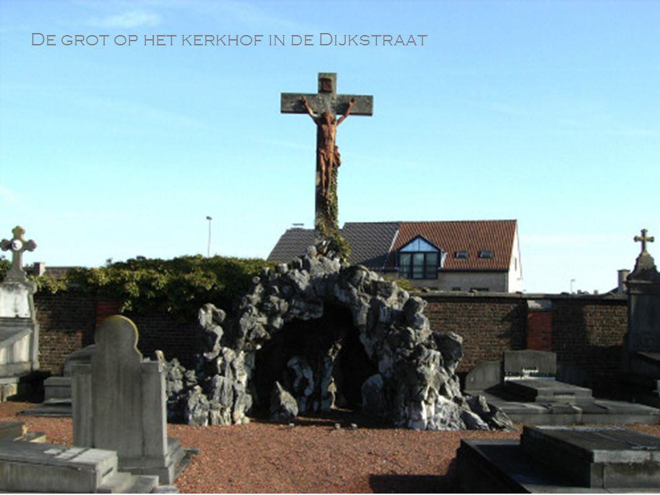 De grot op het kerkhof in de Dijkstraat