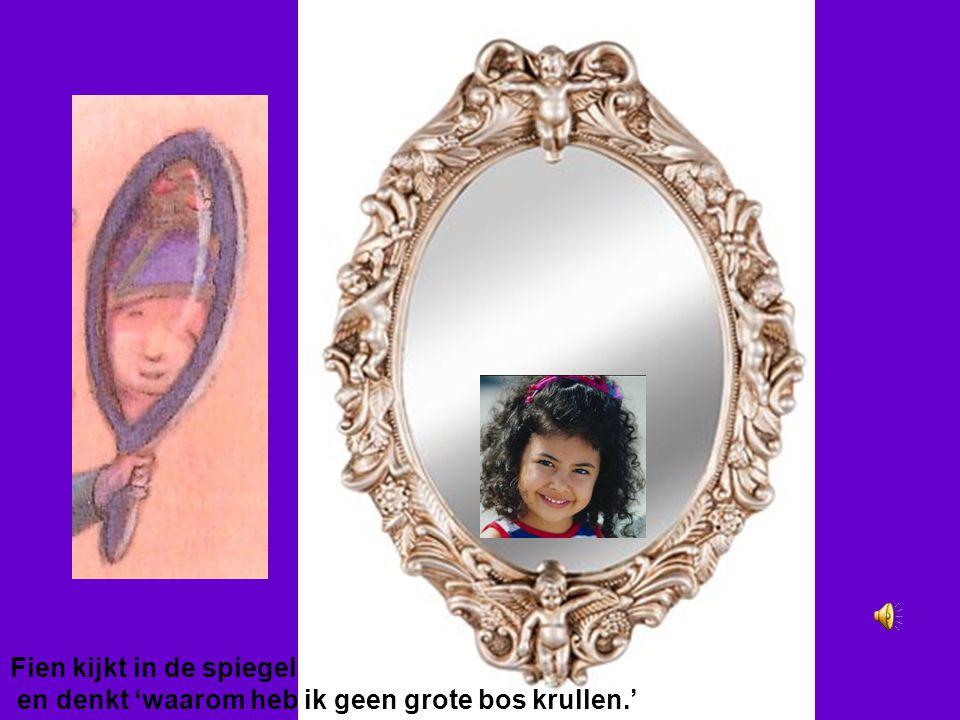 Fien kijkt in de spiegel