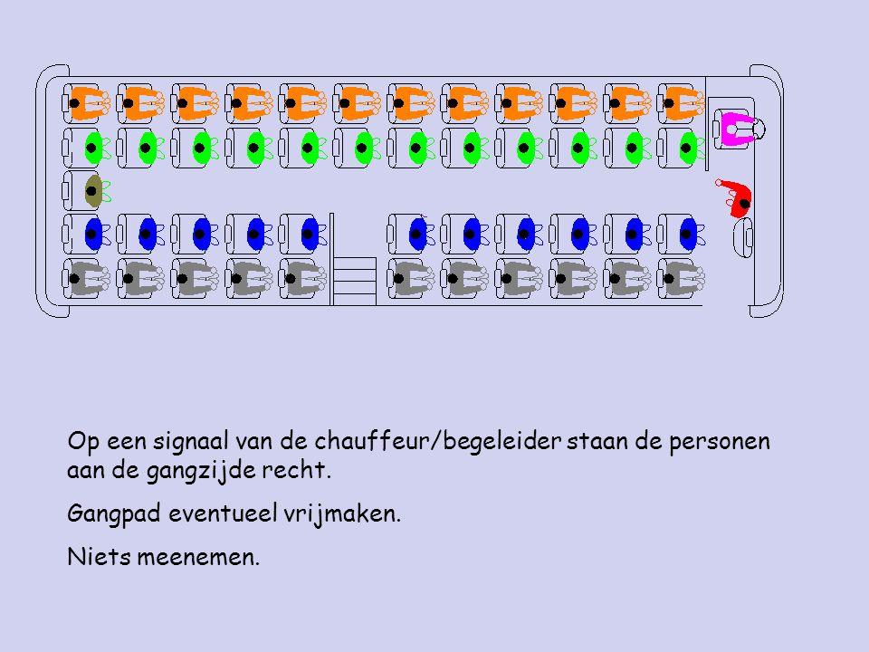 Op een signaal van de chauffeur/begeleider staan de personen aan de gangzijde recht.
