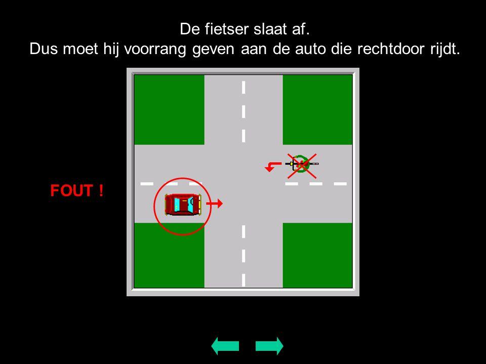 De fietser slaat af. Dus moet hij voorrang geven aan de auto die rechtdoor rijdt.