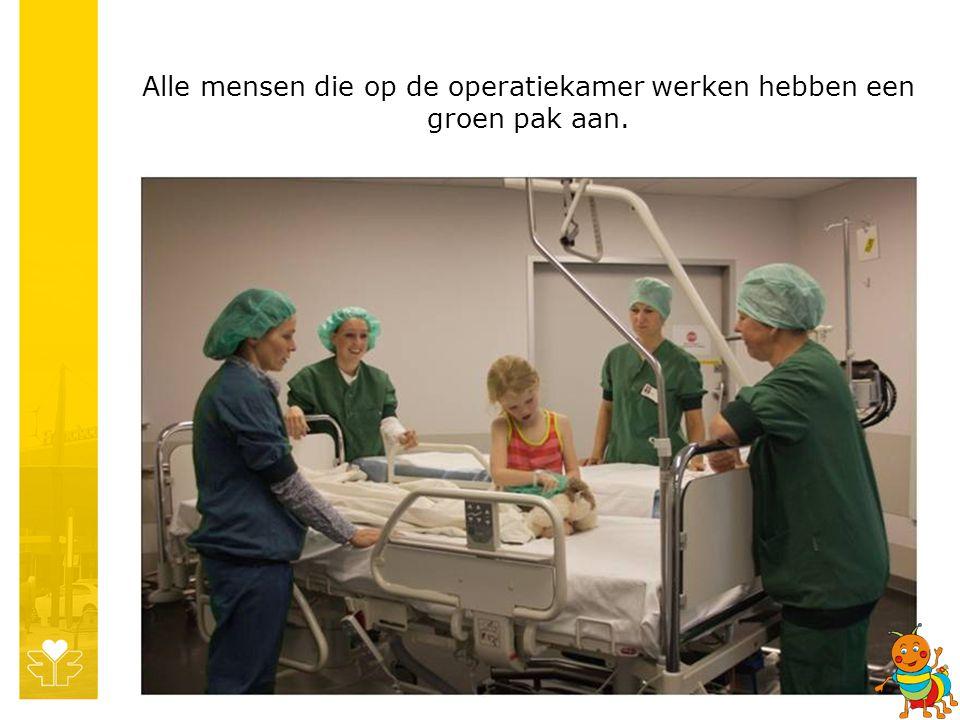Alle mensen die op de operatiekamer werken hebben een groen pak aan.