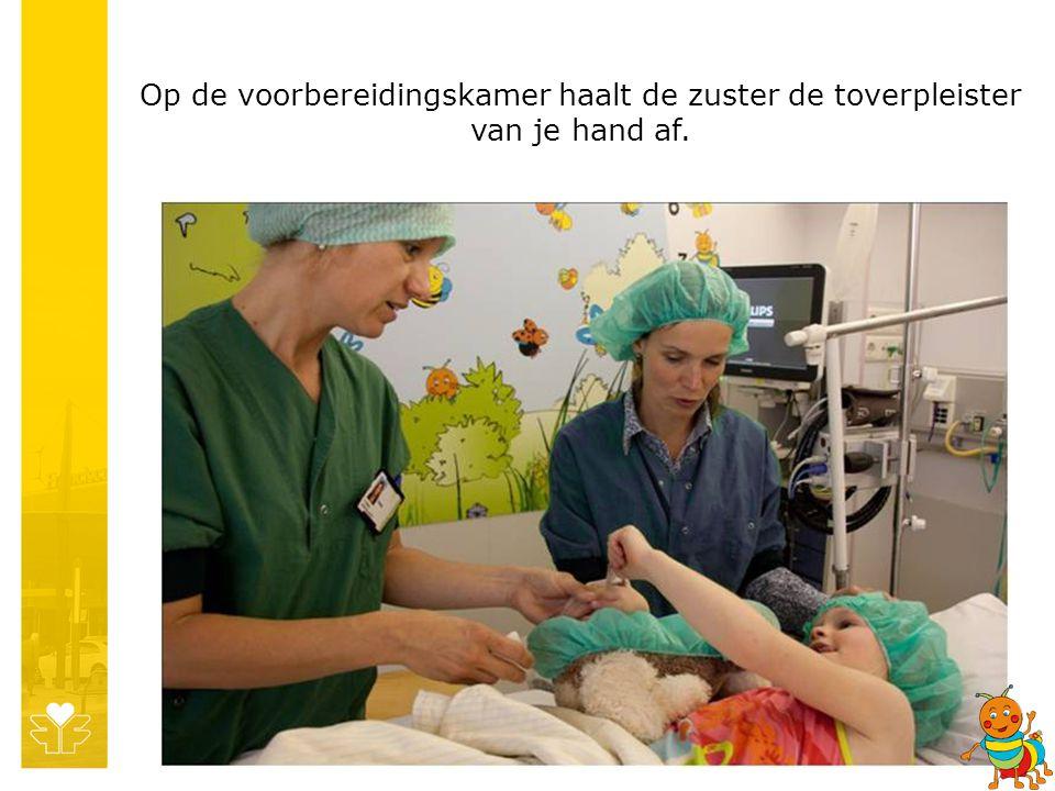 Op de voorbereidingskamer haalt de zuster de toverpleister van je hand af.