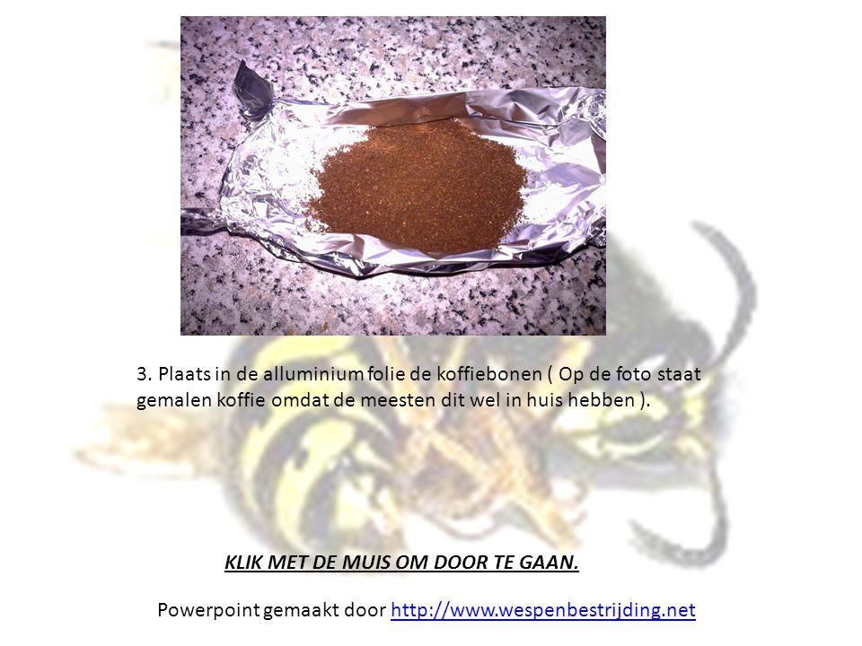 3. Plaats in de alluminium folie de koffiebonen ( Op de foto staat gemalen koffie omdat de meesten dit wel in huis hebben ).