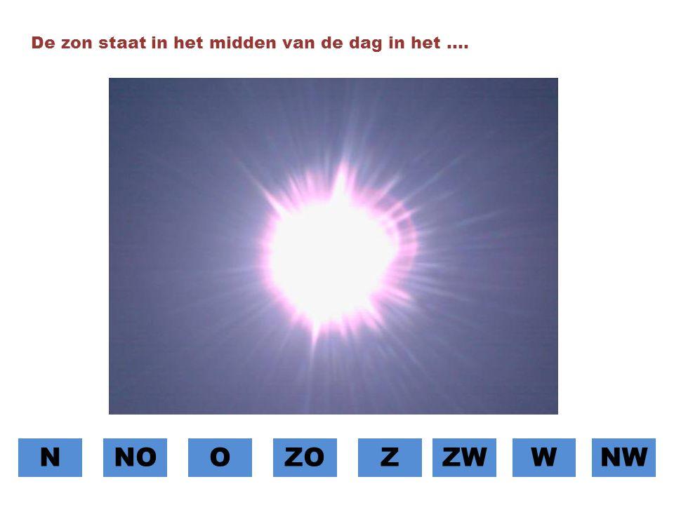 De zon staat in het midden van de dag in het ….