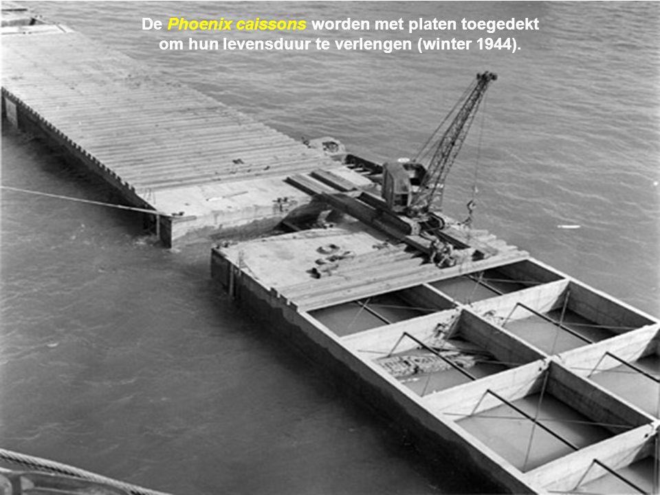 De Phoenix caissons worden met platen toegedekt om hun levensduur te verlengen (winter 1944).