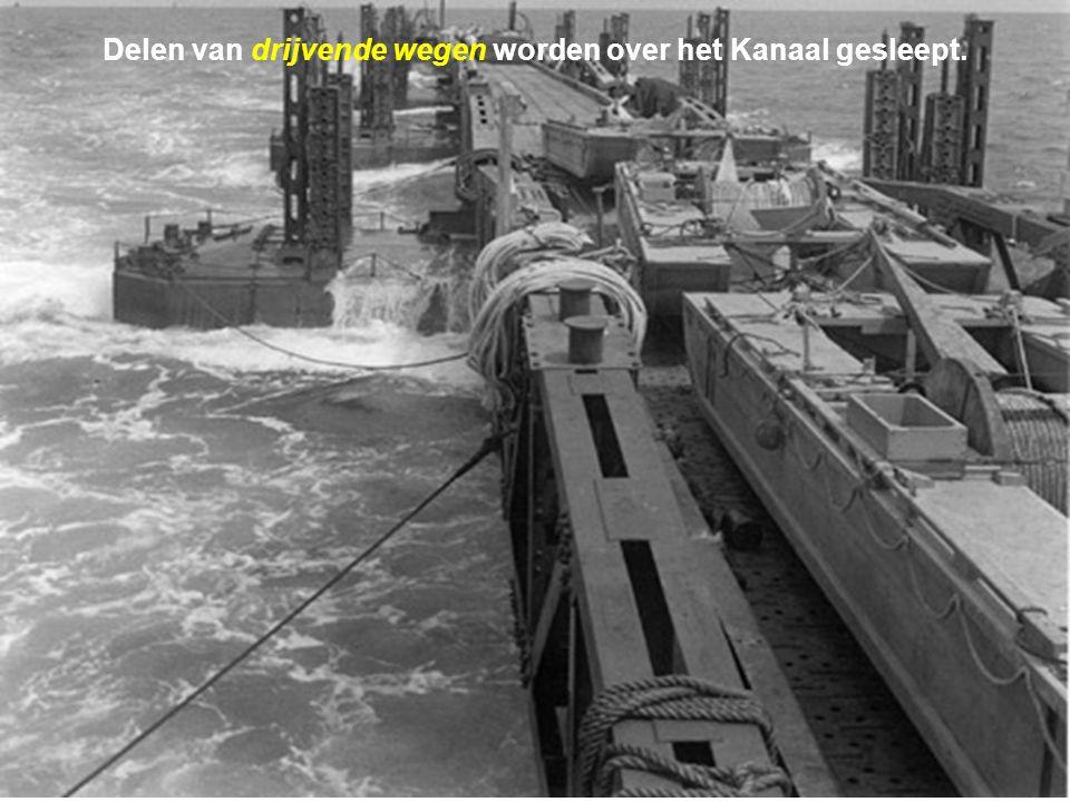 Delen van drijvende wegen worden over het Kanaal gesleept.