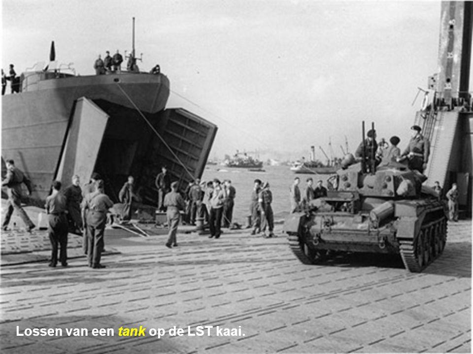 Lossen van een tank op de LST kaai.