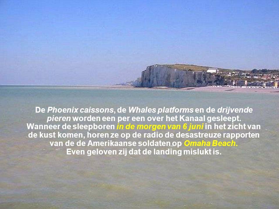De Phoenix caissons, de Whales platforms en de drijvende pieren worden een per een over het Kanaal gesleept.