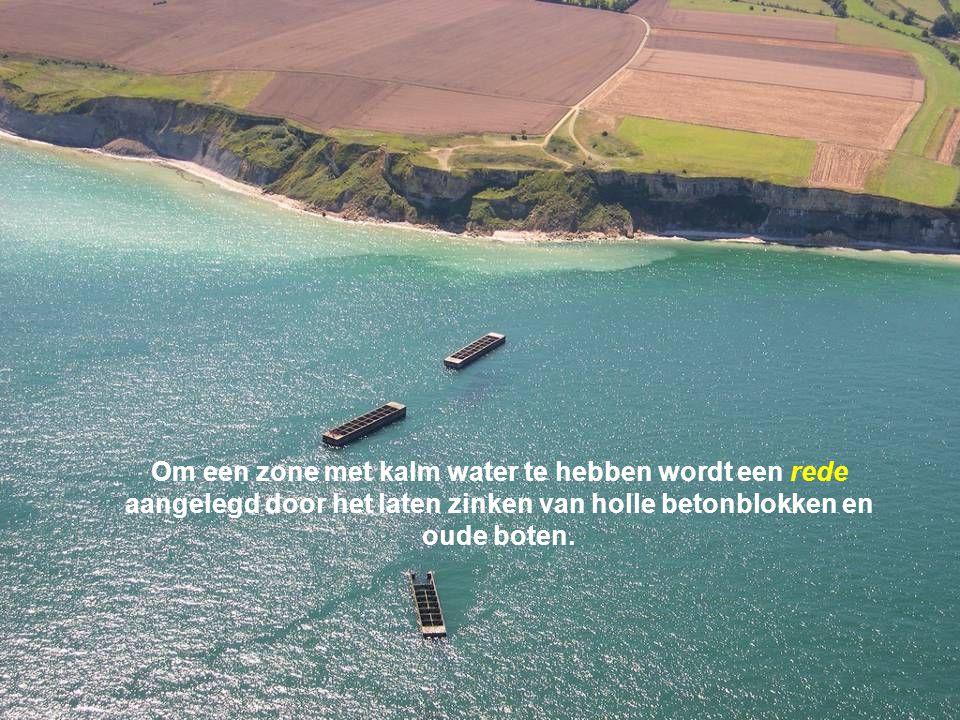 Om een zone met kalm water te hebben wordt een rede aangelegd door het laten zinken van holle betonblokken en oude boten.