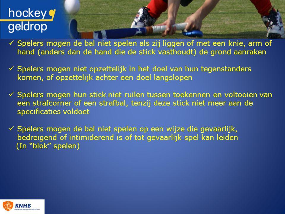 Spelers mogen de bal niet spelen als zij liggen of met een knie, arm of hand (anders dan de hand die de stick vasthoudt) de grond aanraken