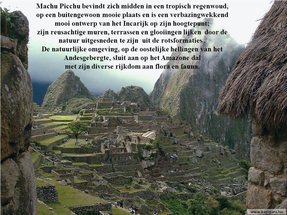 Machu Picchu bevindt zich midden in een tropisch regenwoud, op een buitengewoon mooie plaats en is een verbazingwekkend mooi ontwerp van het Incarijk op zijn hoogtepunt; zijn reusachtige muren, terrassen en glooiingen lijken door de natuur uitgesneden te zijn uit de rotsformaties .