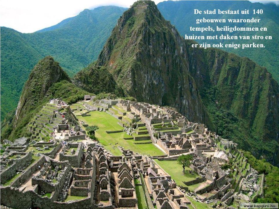 De stad bestaat uit 140 gebouwen waaronder tempels, heiligdommen en huizen met daken van stro en er zijn ook enige parken.