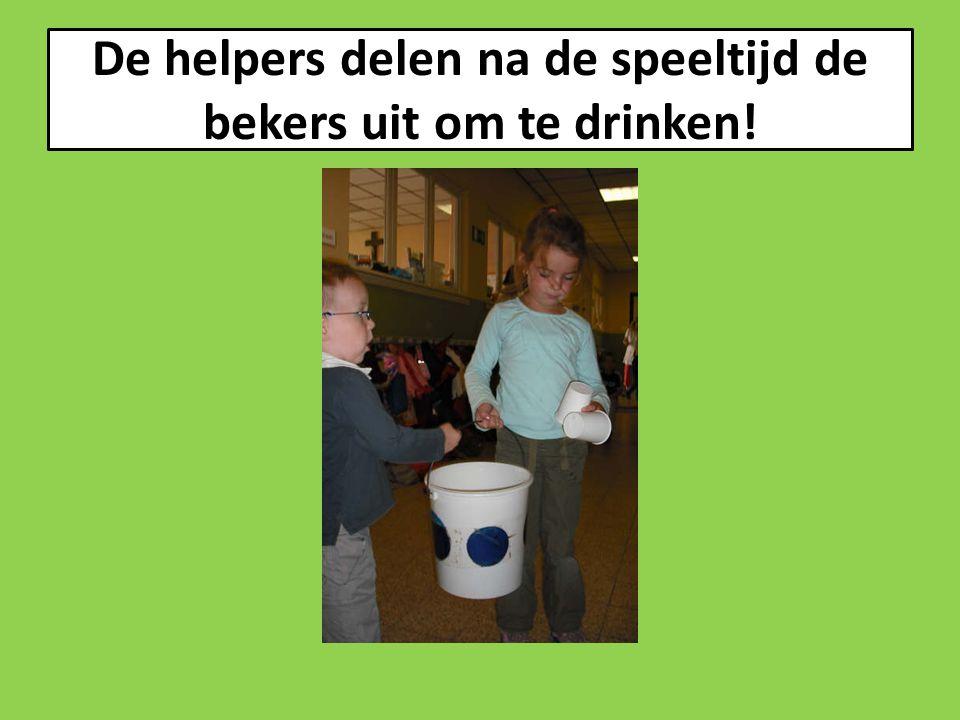 De helpers delen na de speeltijd de bekers uit om te drinken!