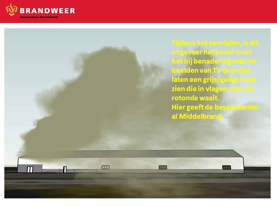 Tijdens het aanrijden, is dit ongeveer het beeld zoals het bij benadering was: de beelden van TV Drenthe laten een grijs/gelige rook zien die in vlagen over de rotonde waait.