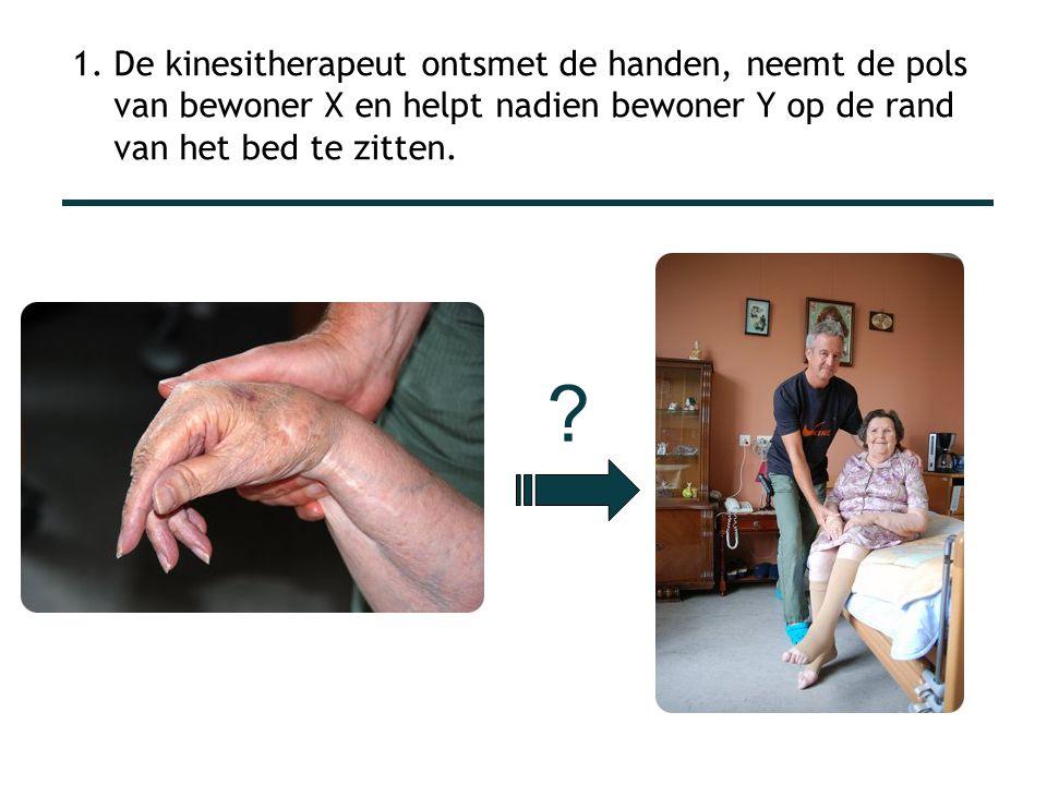 1. De kinesitherapeut ontsmet de handen, neemt de pols van bewoner X en helpt nadien bewoner Y op de rand van het bed te zitten.