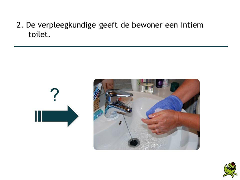 2. De verpleegkundige geeft de bewoner een intiem toilet.