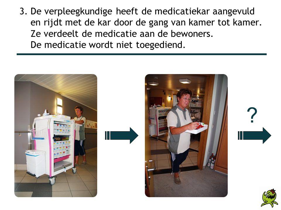 3. De verpleegkundige heeft de medicatiekar aangevuld en rijdt met de kar door de gang van kamer tot kamer. Ze verdeelt de medicatie aan de bewoners. De medicatie wordt niet toegediend.