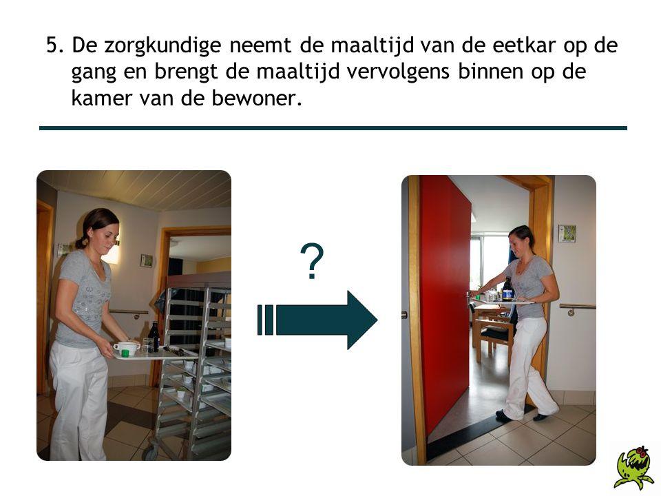 5. De zorgkundige neemt de maaltijd van de eetkar op de gang en brengt de maaltijd vervolgens binnen op de kamer van de bewoner.
