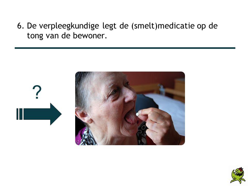 6. De verpleegkundige legt de (smelt)medicatie op de tong van de bewoner.