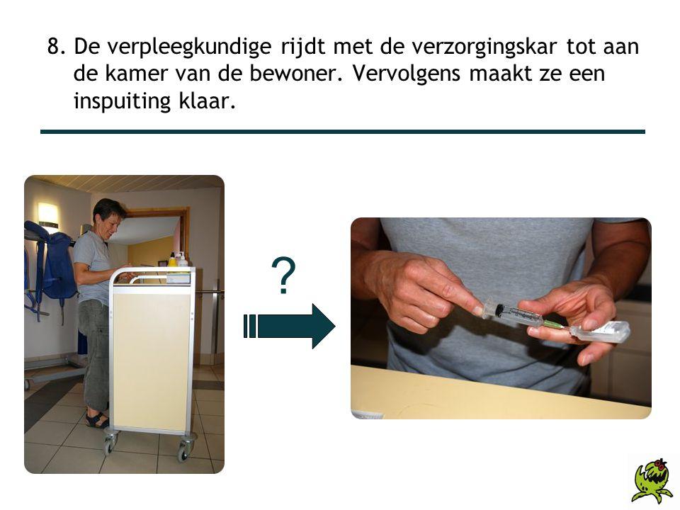 8. De verpleegkundige rijdt met de verzorgingskar tot aan de kamer van de bewoner. Vervolgens maakt ze een inspuiting klaar.
