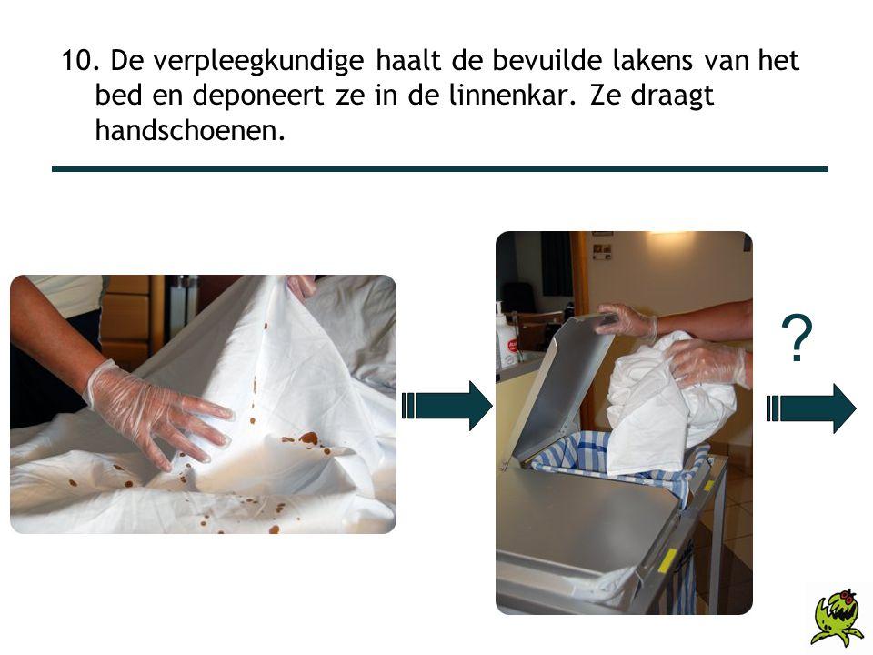 10. De verpleegkundige haalt de bevuilde lakens van het bed en deponeert ze in de linnenkar. Ze draagt handschoenen.