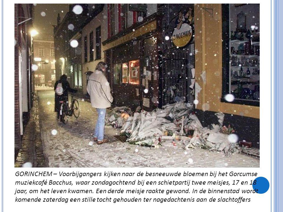 GORINCHEM – Voorbijgangers kijken naar de besneeuwde bloemen bij het Gorcumse muziekcafé Bacchus, waar zondagochtend bij een schietpartij twee meisjes, 17 en 18 jaar, om het leven kwamen.