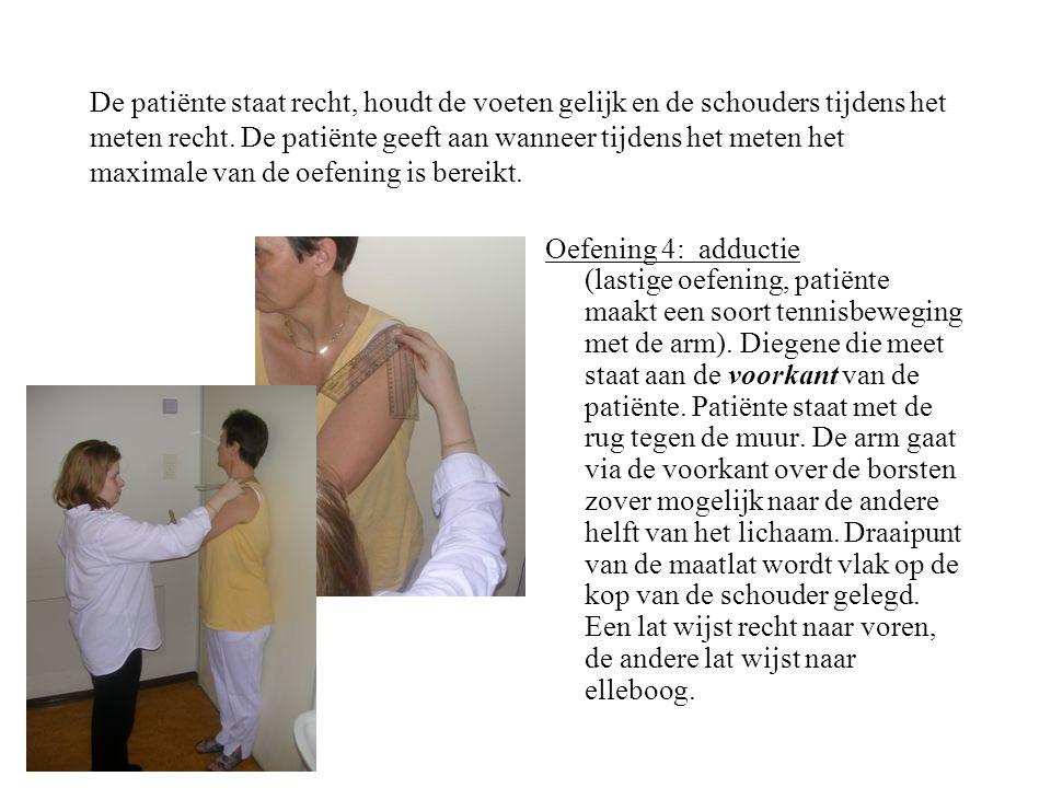 De patiënte staat recht, houdt de voeten gelijk en de schouders tijdens het meten recht. De patiënte geeft aan wanneer tijdens het meten het maximale van de oefening is bereikt.