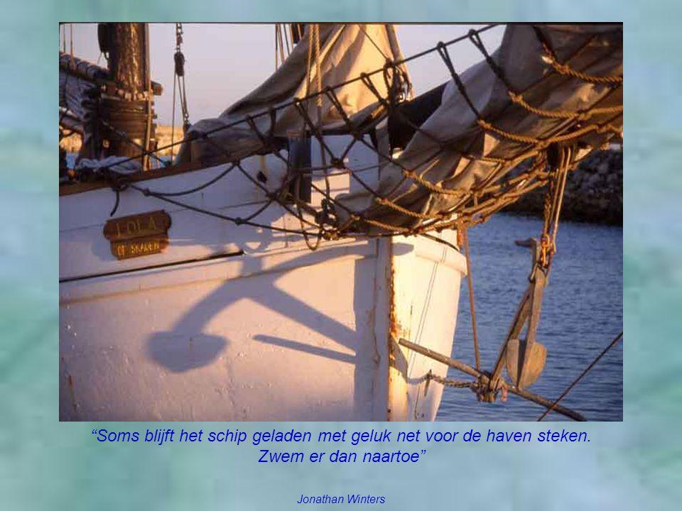 Soms blijft het schip geladen met geluk net voor de haven steken.