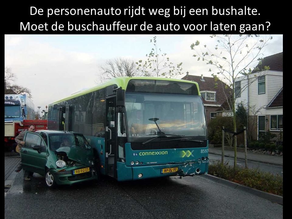 De personenauto rijdt weg bij een bushalte