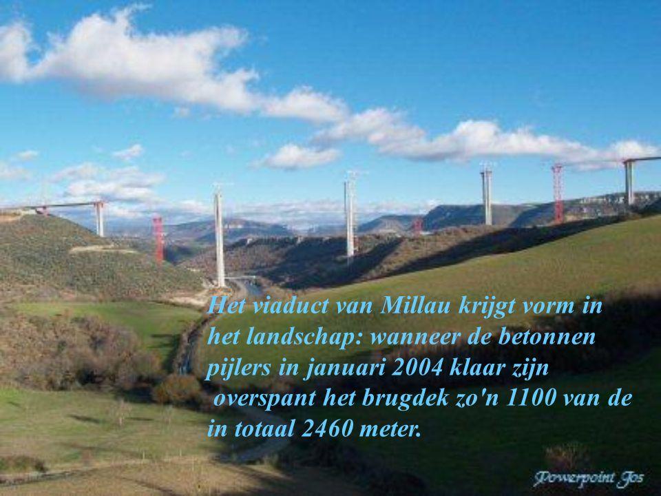 Het viaduct van Millau krijgt vorm in het landschap: wanneer de betonnen pijlers in januari 2004 klaar zijn