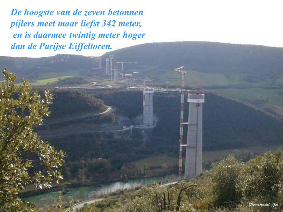 De hoogste van de zeven betonnen pijlers meet maar liefst 342 meter,