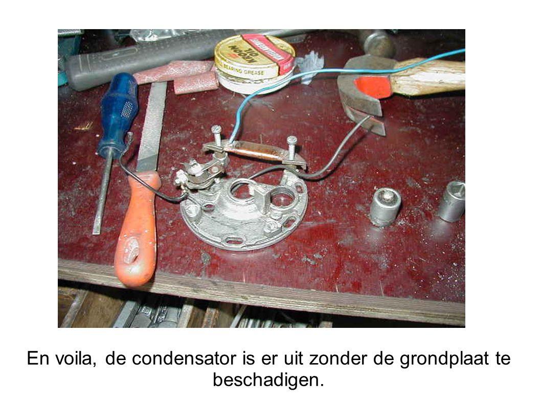 En voila, de condensator is er uit zonder de grondplaat te beschadigen.