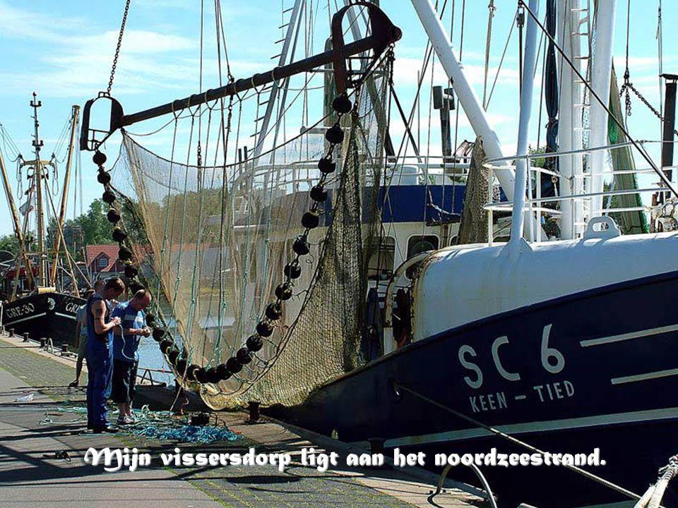 Mijn vissersdorp ligt aan het noordzeestrand.