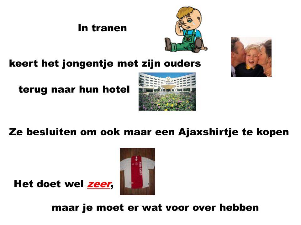 In tranen keert het jongentje met zijn ouders. terug naar hun hotel. Ze besluiten om ook maar een Ajaxshirtje te kopen.