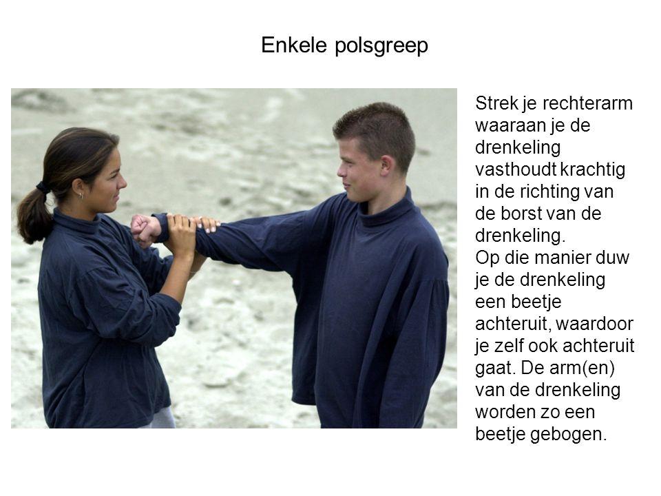 Enkele polsgreep Strek je rechterarm waaraan je de drenkeling vasthoudt krachtig in de richting van de borst van de drenkeling.