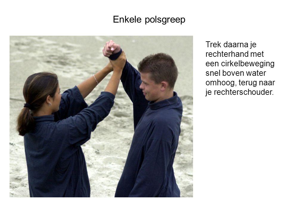 Enkele polsgreep Trek daarna je rechterhand met een cirkelbeweging snel boven water omhoog, terug naar je rechterschouder.