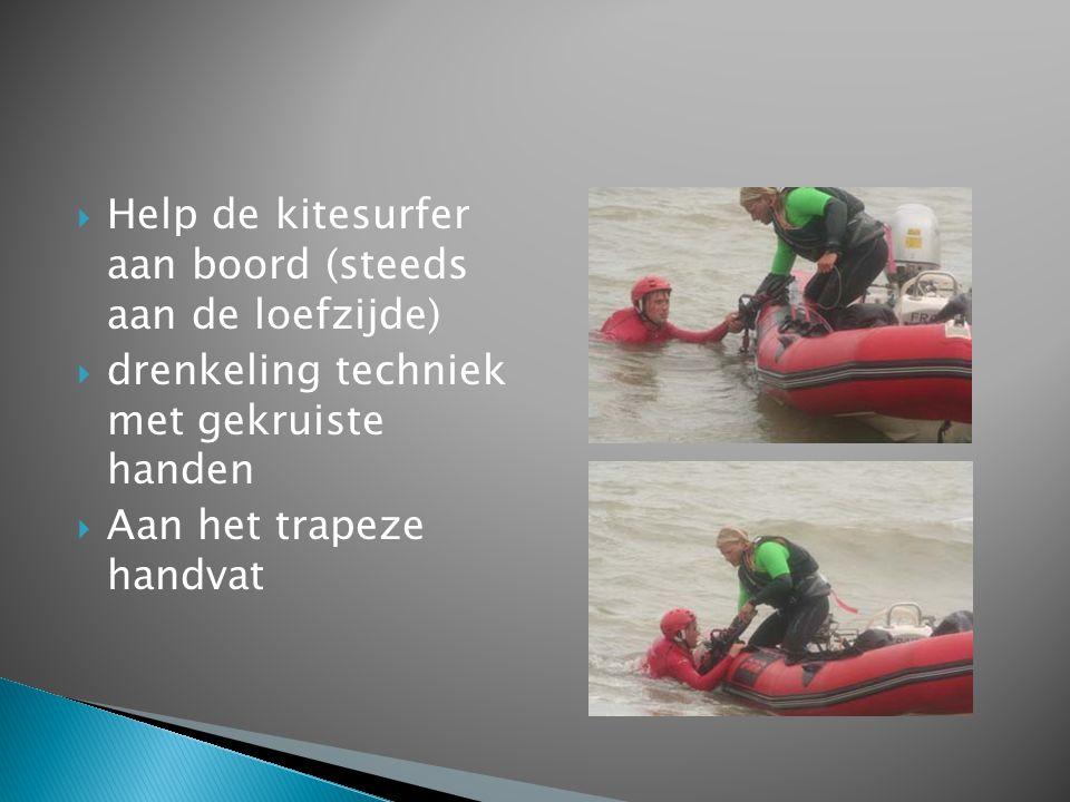 Help de kitesurfer aan boord (steeds aan de loefzijde)