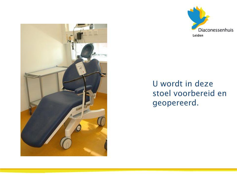U wordt in deze stoel voorbereid en geopereerd.