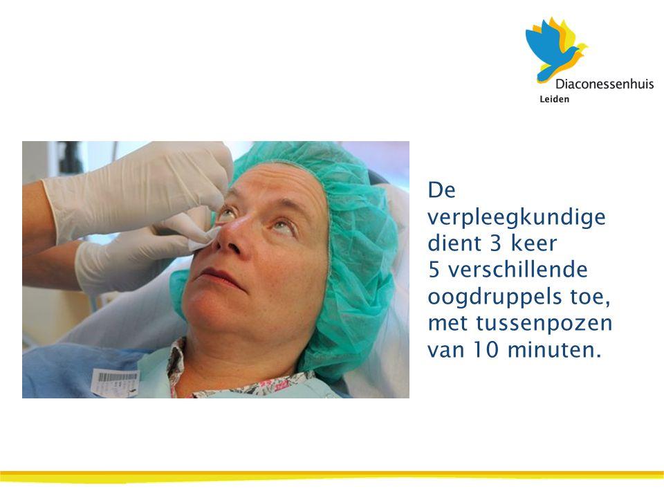De verpleegkundige dient 3 keer 5 verschillende oogdruppels toe, met tussenpozen van 10 minuten.