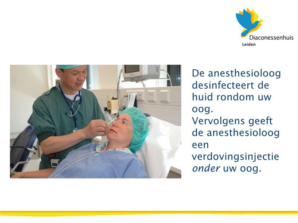 De anesthesioloog desinfecteert de huid rondom uw oog